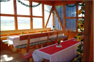 Grillhütte mit reichlich Sitzplätzen