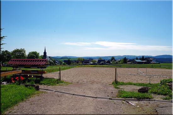 Unser Reitplatz mit Blick über das Dorf